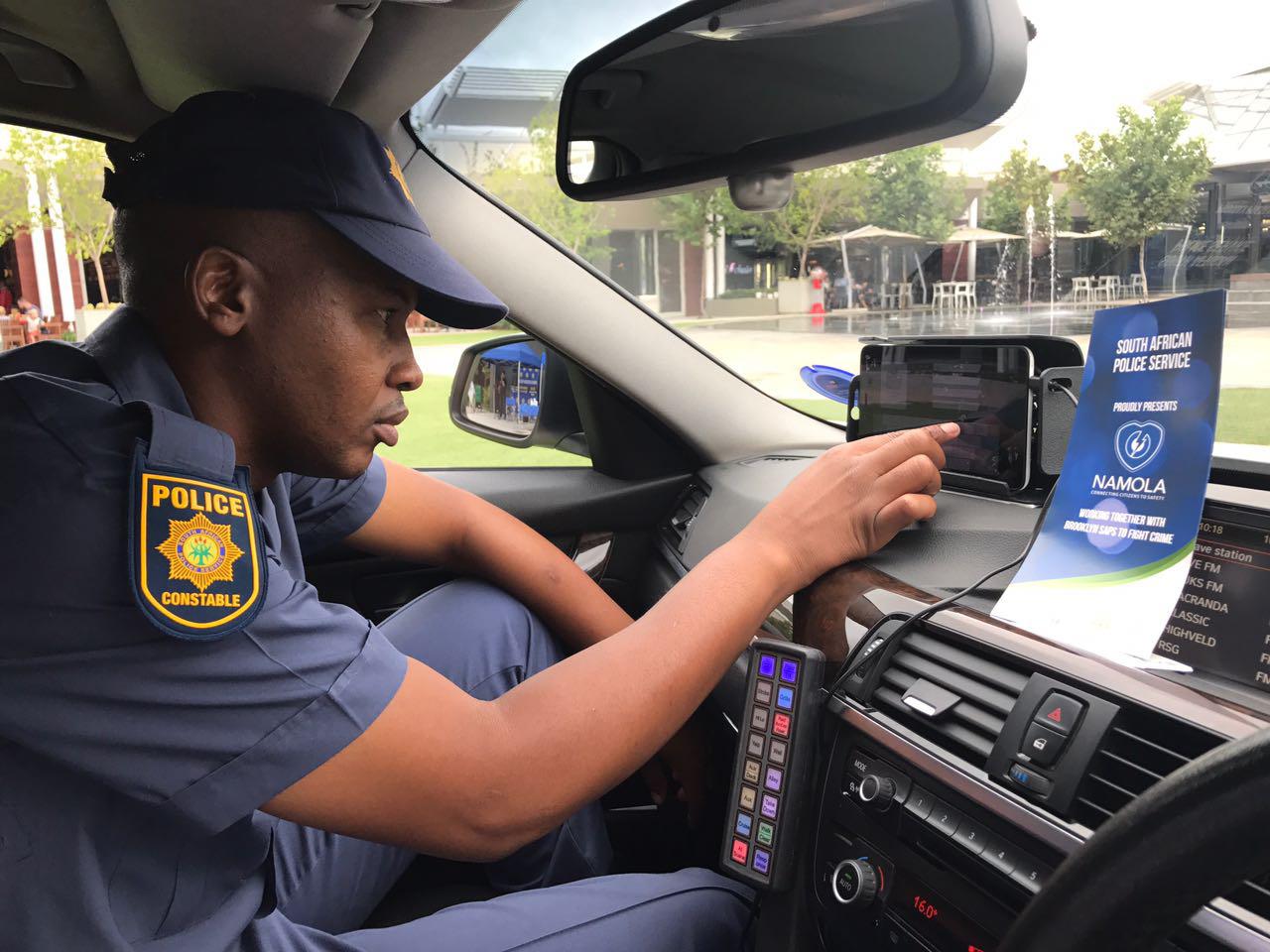 Image: Officer using responder unit